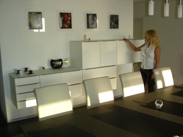 Wohnzimmer Mit Natursteinwand Und Sidebord